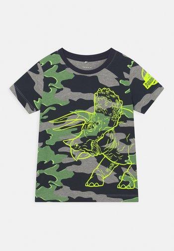 NMMJURASSIC PATRIK - Print T-shirt - dark sapphire