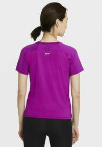 Nike Performance - MILER  - Printtipaita - red plum - 2