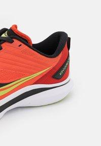 Saucony - KINVARA 12 - Neutrální běžecké boty - vizi/scarlet - 5