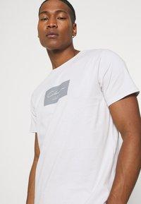 CLOSURE London - BOX LOGO TWINSET SET - Print T-shirt - white - 3