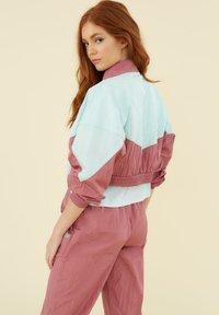 Guess - COUPE-VENT COLOR BLOCK - Light jacket - rose multi - 2
