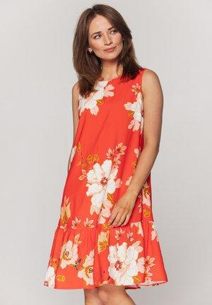 Z FALBANĄ - Sukienka letnia - koralowy