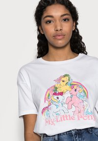 ONLY Petite - ONLMY LITTLE PONY LIFE - Print T-shirt - bright white - 3