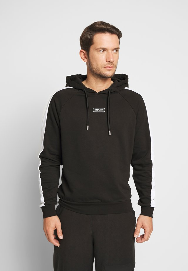 HOOD WITH PATCH ON CHEST - Hoodie - black