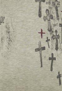 Key Largo - PRAYER ROUND - Print T-shirt - mil green - 2