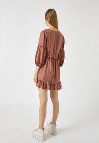 PULL&BEAR - MIT TUNNELBUND - Day dress - rose - 2