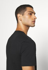 Calvin Klein - SMALL TONE LOGO - T-shirt med print - black - 5