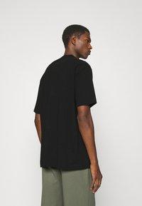 Han Kjøbenhavn - BOXY TEE - Print T-shirt - faded black - 2
