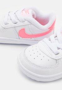 Nike Sportswear - FORCE 1 CRIB UNISEX - Chaussons pour bébé - white/sunset pulse/black - 5