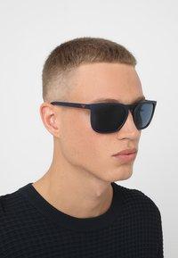 Emporio Armani - Sluneční brýle - matte blue/blue - 1