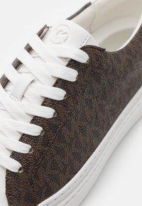MICHAEL Michael Kors - CHAPMAN LACE UP - Sneakersy niskie - brown - 6