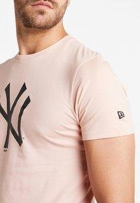 New Era - MLB NEW YORK YANKEES SEASONAL TEAM LOGO TEE - Club wear - mottled pink - 3