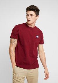 Tommy Jeans - BADGE TEE - Basic T-shirt - burgundy - 0