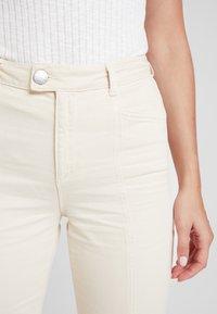 Miss Selfridge - FRONT SEAM - Flared Jeans - white - 3