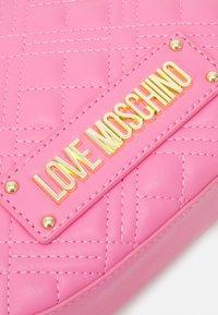 Love Moschino - CHAIN CROSS BODY ROUND - Across body bag - rosa - 5
