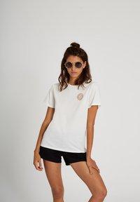 Volcom - 30 YEAR TEE - Print T-shirt - star_white - 5
