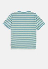 Marimekko - LEUTO TASARAITA - T-shirt imprimé - turquoise/white - 1