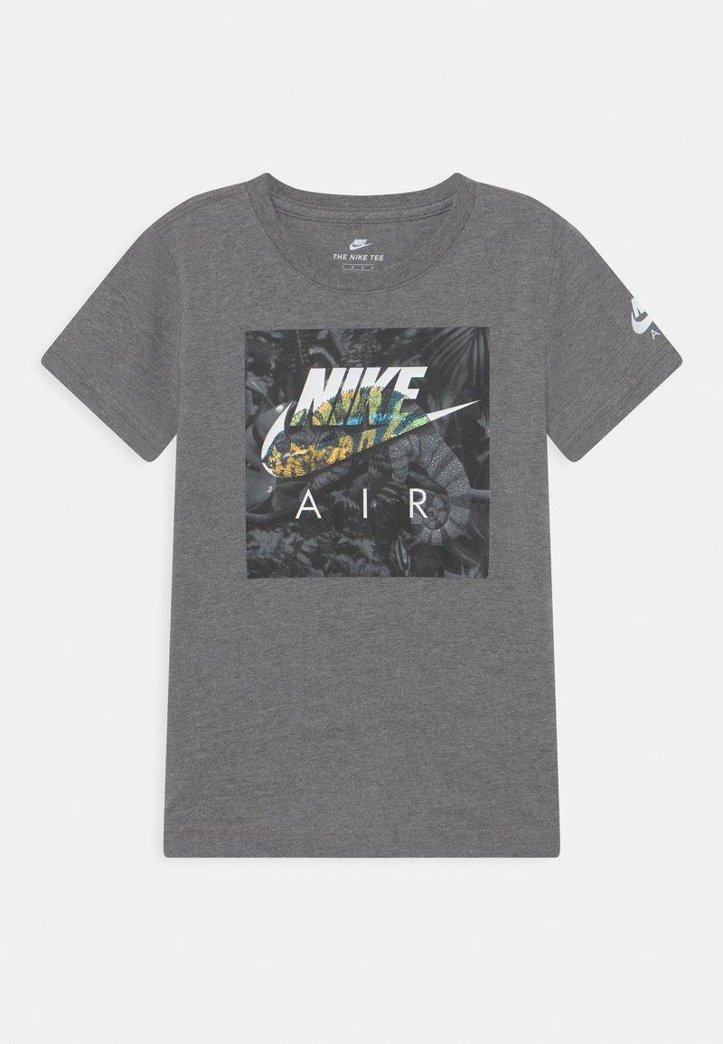Nike Sportswear - CHAMELEON - Camiseta estampada - carbon heather