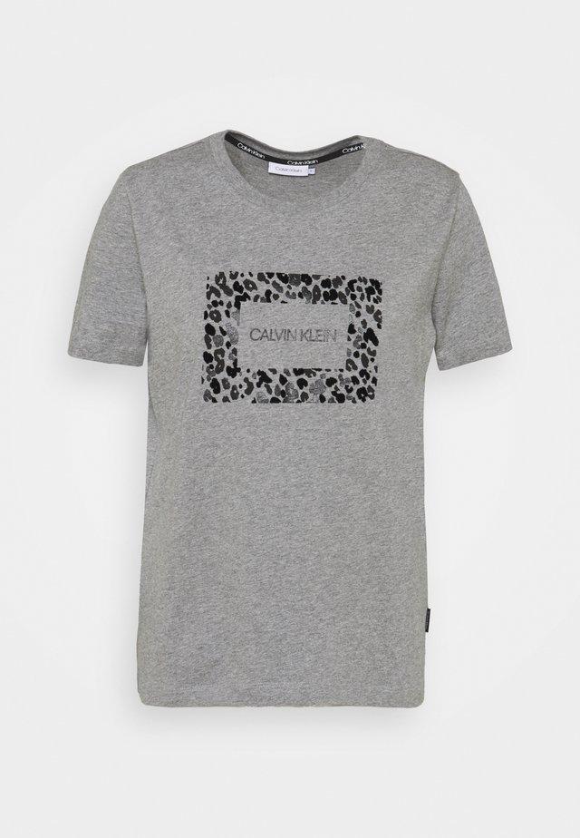 REGULAR FIT LEO BOX TEE - Triko spotiskem - mid grey heather