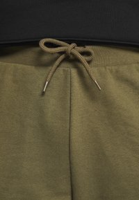 Pier One - Tracksuit bottoms - olive - 4