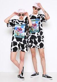 AS IF Clothing - COWDELIC TEE UNISEX - Camiseta estampada - black/white - 3