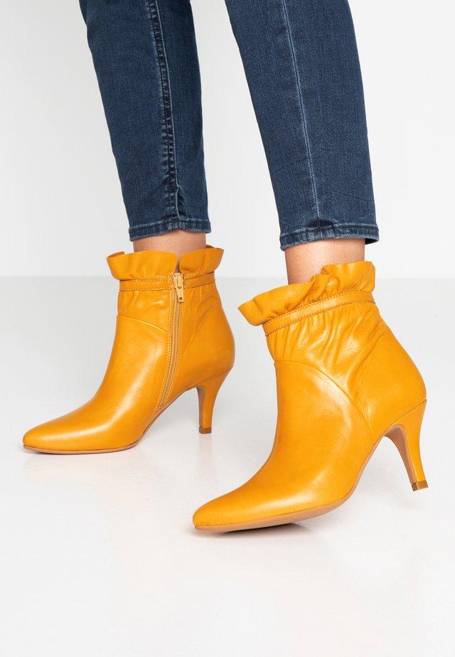 CINDA - Støvletter - yellow