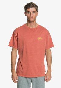 Quiksilver - HARMONY HALL  - Print T-shirt - redwood - 0