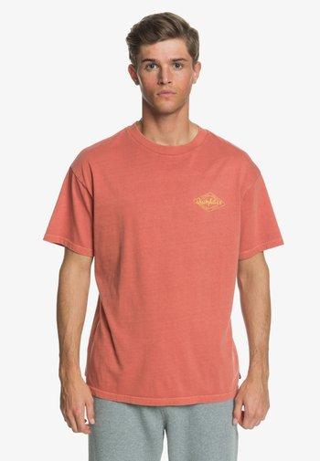 HARMONY HALL  - Print T-shirt - redwood