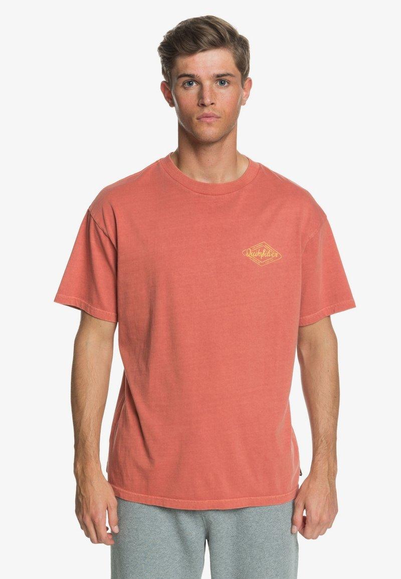 Quiksilver - HARMONY HALL  - Print T-shirt - redwood