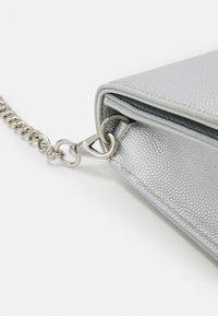 Valentino Bags - DIVINA - Pochette - argento - 3