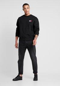 Tommy Jeans - BADGE CREW - Sweatshirt - black - 1
