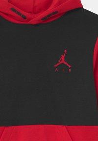 Jordan - JUMPMAN AIR - Hoodie - black/gymred - 2