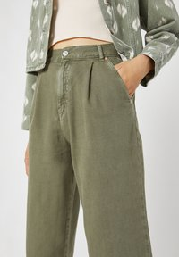 PULL&BEAR - Flared Jeans - green - 3