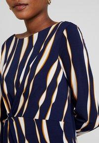Apart - PRINTED DRESS - Robe en jersey - midnightblue/multicolor - 6