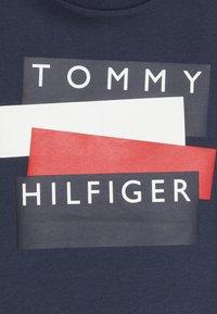 Tommy Hilfiger - STICKER TEE  - Camiseta estampada - blue - 3