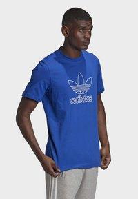 adidas Originals - TREFOIL LOGO OUTLINE T-SHIRT - Print T-shirt - blue - 2
