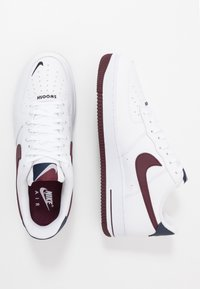 Nike Sportswear - AIR FORCE 1 07 LV8 - Sneakersy niskie - white/night maroon/obsidian - 1