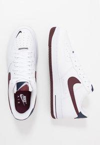 Nike Sportswear - AIR FORCE 1 07 LV8 - Joggesko - white/night maroon/obsidian - 1