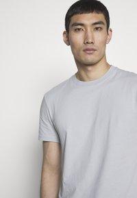 J.LINDEBERG - SILO - Basic T-shirt - stone grey - 3