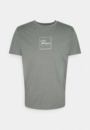 JPRBLABOOSTER TEE - Print T-shirt - sedona sage