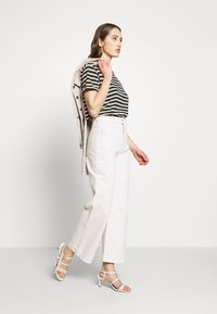 Scotch & Soda - EASY STRIPE TEE WITH CHEST EMBROIDERY - Print T-shirt - combo - 1