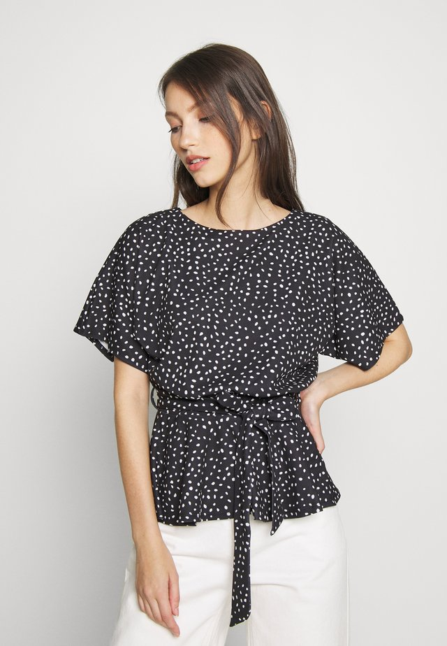 DEMI BATWING BELT - Print T-shirt - black