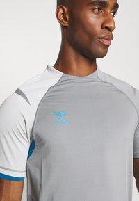 Hummel - Print T-shirt - sharkskin/gray violet - 5