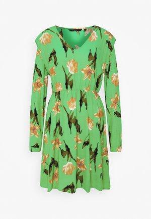 VMBETTY SHORT DRESS - Denní šaty - greenbriar/betty