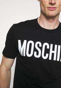 MOSCHINO - Camiseta estampada - black - 5