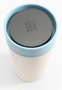 Circular&Co - CIRCULAR & CO KAFFEEBECHER TO GO MIT DECKEL - 340ml - Trinkflasche - Autres accessoires - weiß / blau - 8