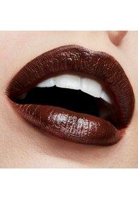 MAC - AMPLIFIED CRÈME LIPSTICK - Lipstick - move your body - 2
