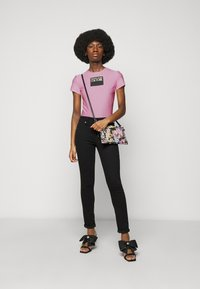 Versace Jeans Couture - LADY - T-shirt z nadrukiem - pink confetti - 1