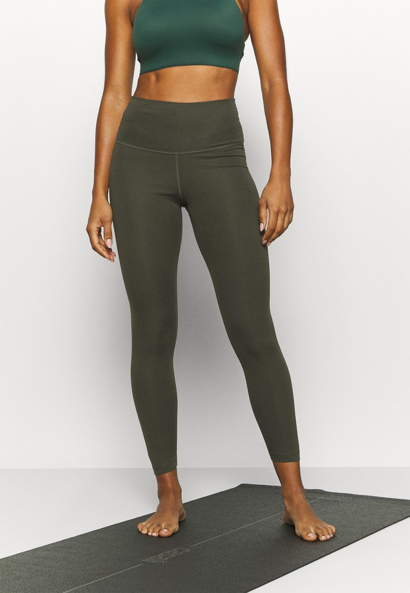 Nike Performance - THE YOGA 7/8 - Tights - cargo khaki/medium olive