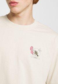 Edwin - TAROT DECK UNISEX - Print T-shirt - pelican - 3